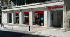 Tienda Vodafone en una céntrica calle de Zaragoza.