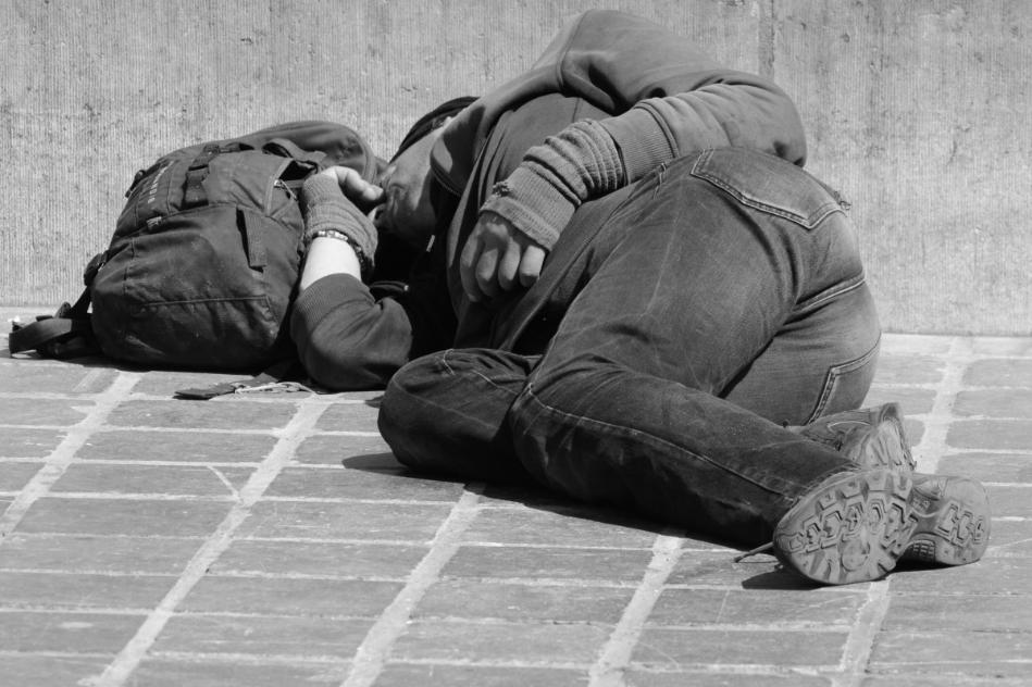 Muere un joven sintecho en una plaza de Cádiz